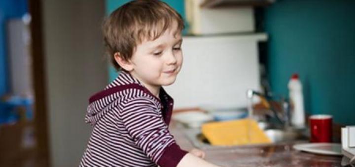 Mësojini fëmijët të bëjnë punë shtëpie! TABELA sipas moshës…