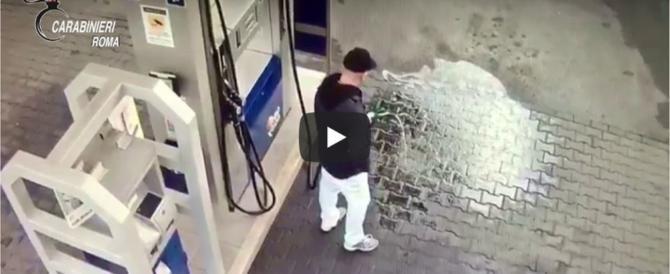 Video/ I ve flaken karburantit, filmohet nga kamerat e sigurise