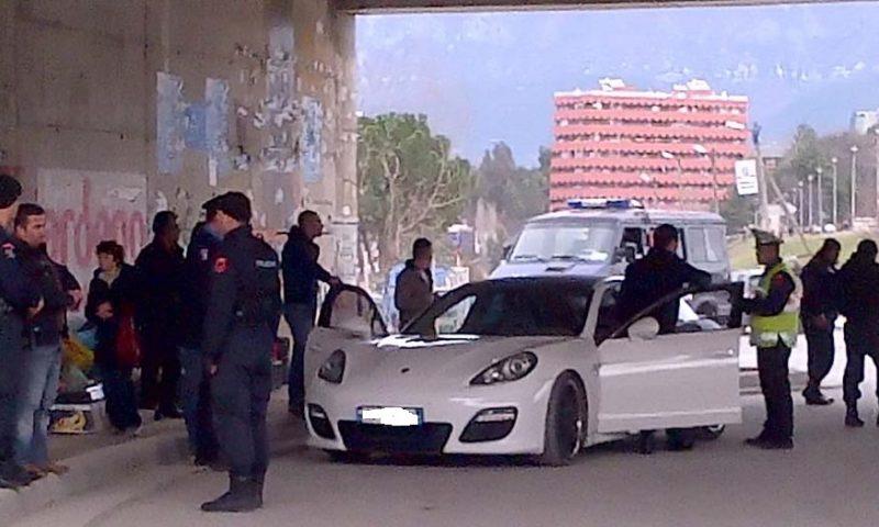 Hakmarrja ndaj policit të Rrugores, i hedhin makinën në erë në oborrin e shtëpisë