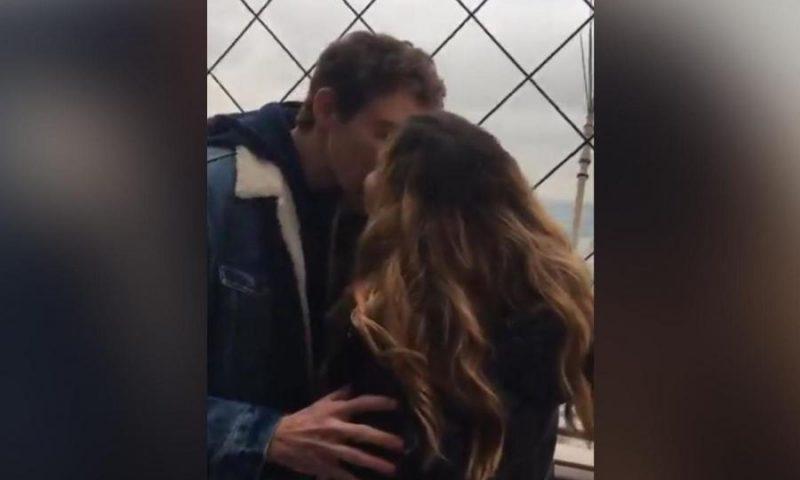 Puthi një të panjohur në kullën Eiffel, i ngeli fiksim dhe kërkon ndihme ne Twitter, pasi e gjen zbulon se ishte i fejuar