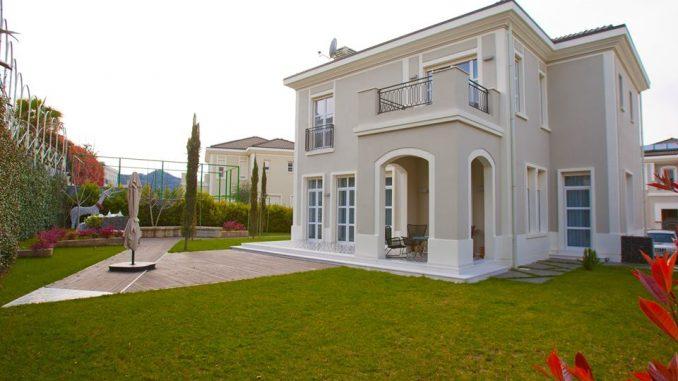 Ke parë vilë si kjo? Është në Tiranë. Fotot nga brënda dhe jashtë do t'ju lënë pa fjalë.