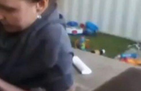 Foshnja gjithmonë qante sapo takohej me dadon, nëna e tij instalon kamera të fshehura për të hequr dilemat – habitet nga ajo që sheh