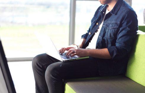Nëse jeni prej atyre që mbajnë Laptopin mbi këmbë duhet ta dini patjeter këtë, para se të jetë vonë