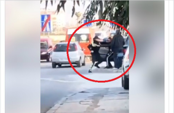 Polici zihet me grushta me shoferin e ndaluar (Video)