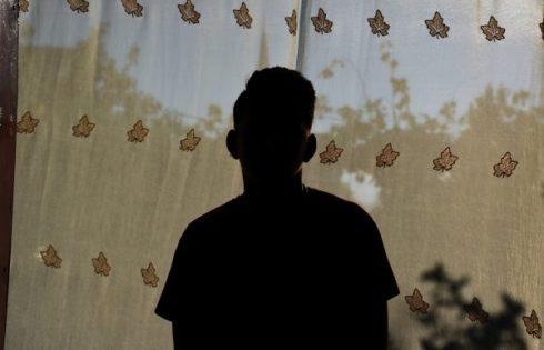 """""""Zemrën e kam plagë, por mendoj vetëm për të mirën e tij,"""" Të miturit shqiptarë po rrezikojnë gjithçka për t'i shpëtuar kurthit të varfërisë"""