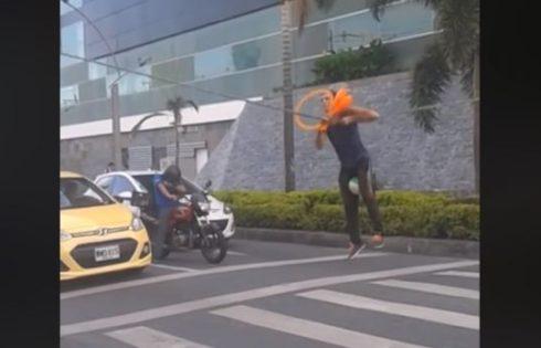 Virale/ Makinat ndalen në semafor, ajo që ndodh më pas është mahnitëse