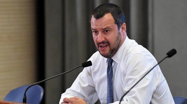 Salvini: Do ju djeg skafet! Përgjigja epike që i kthejnë vlonjatët